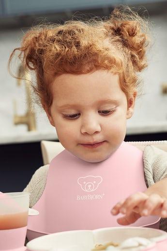 Baby Bib with deep spill pocket, Powder Pink - BABYBJÖRN
