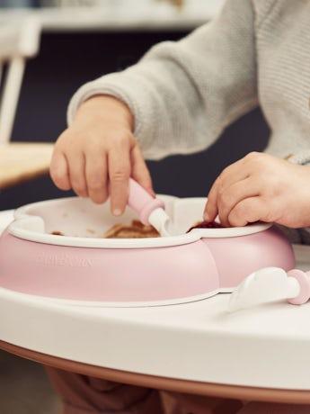 Kinderteller, Löffel und Gabel, 2 Sets, Blassrosa. Kindergeschirr mit cleverem Design, das das selbstständige Essen fördert - BABYBJÖRN