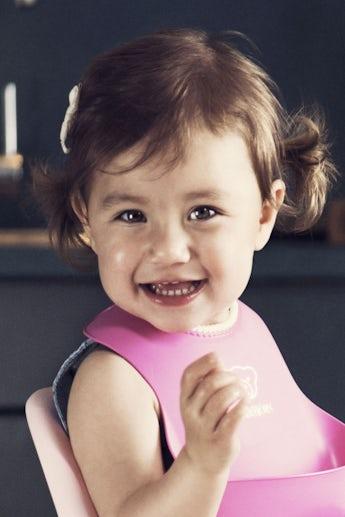 Bequemes, wasserdichtes Lätzchen, das Essensreste auffängt, Pink - BABYBJÖRN