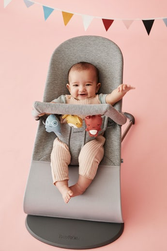 Babysitter Bliss Ljusgrå 3D Jersey med leksak Mjuka Vänner - BABYBJÖRN