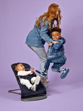 Babysitter Bliss Marinblå Mesh med leksak Flygande Vänner - BABYBJÖRN
