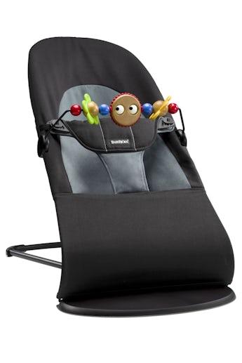Babywippe Balance Soft Schwarz/Dunkelgrau Baumwolle mit Spielzeug Fröhliche Augen - BABYBJÖRN