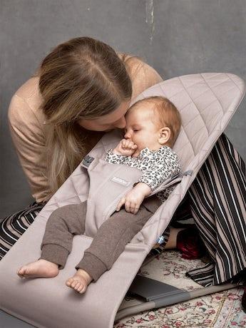 Babywippe Bliss Sandgrau in Baumwolle mit Spielzeug Fröhliche Augen - BABYBJÖRN