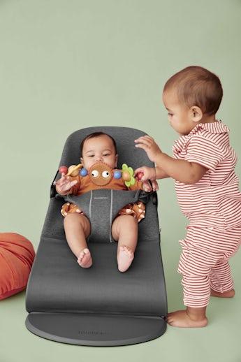 Babysitter Bliss svartgrå i 3d Jersey med leksak Busiga ögon