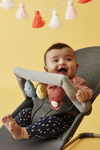 Bouncer Bliss Charcoal grey 3D Jersey with toy for bouncer Soft Friends - BABYBJÖRN