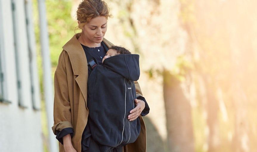Ein weicher, winddichter Bezug, der für alle Babytragen von BABYBJÖRN geeignet ist.