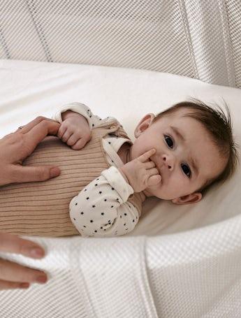 Babysäng vit i trä och luftig mesh - BABYBJÖRN