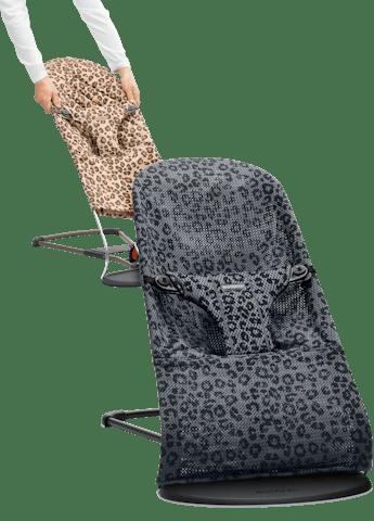 Babywippe mit zusätzlichem Stoffsitz in Leopard - BABYBJÖRN