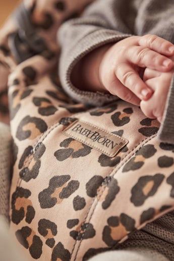 Babywippe Bliss in Beige/Leopard Cotton - BABYBJÖRN