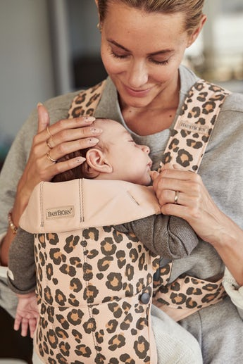 Bärsele Mini i Beige/Leopard cotton - BABYBJÖRN