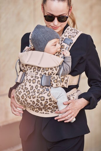 Bärsele One i Beige/Leopard Cotton - BABYBJÖRN
