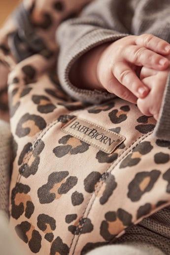 Bouncer Bliss in Beige/Leopard Cotton - BABYBJÖRN
