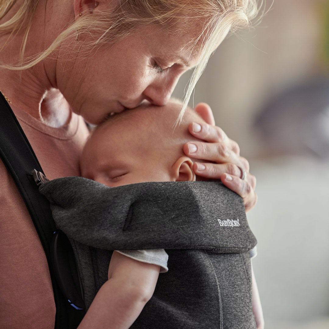 Por qué nos encanta llevar al bebé en una mochila