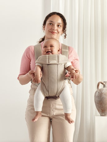 Babytrage Mini in Grau Beige in 3D-Netzstoff. Eine weiche und sichere Babytrage für Neugeborene.