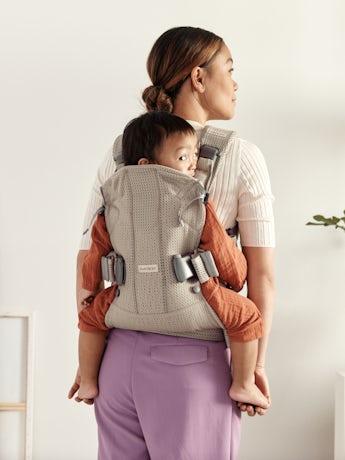 Babytrage One Air Grau/Beige 3D Netzstoff, sicher, bequem und einfach zu benutzen.