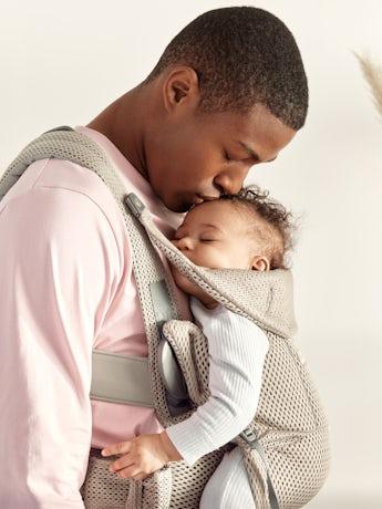 Babytrage Move in Grau beige 3D Netzstoff, eine ergonomische und bequeme Trage mit Bauchgurt und gepolsterte Schulterriemen
