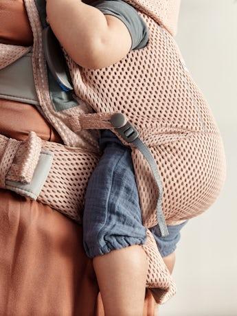 Babytrage Move Altrosa 3D Netzstoff - mit Rückenstütze, einen Bauchgurt und gepolsterte Schulterriemen.