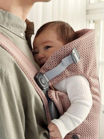 BABYBJÖRN Mochila Porta Bebé Mini Rosa Palo Malla 3D, suave y segura para recién nacidos.