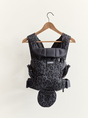 Mochila Porta Bebé Move Antracita/Leopardo, una mochila ergonómica, simple y práctica de suave malla 3D