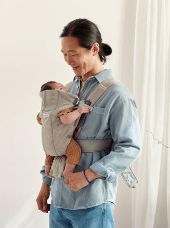 Porte-bébé Mini Gris Beige 3D Mesh, pour les nouveaux-nés, une conception souple, facile à ajuster par le porteur.