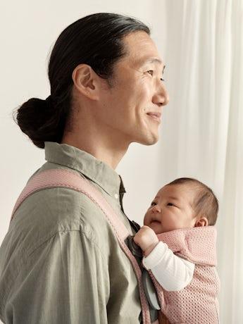 Porte-bébé Mini Rose Poudré 3D Mesh, pour les nouveaux-nés, une conception souple, facile à ajuster par le porteur.