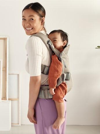 Porte-bébé One Air Gris Beige Mesh 3D, Grâce à ses trois positions de portage, il est idéal de la naissance jusqu'à l'âge de trois ans.