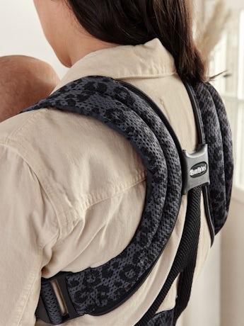 Porte-bébé Move Anthracite/Leopard Mesh 3D, un porte-bébé avec support confortable pour les hanches et le dos