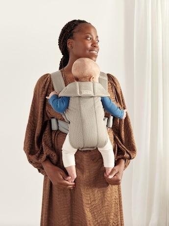 Marsupio Mini Grigio Beige Mesh 3D creato per adattarsi ai neonati con un design morbido, facile da regolare per chi lo indossa.