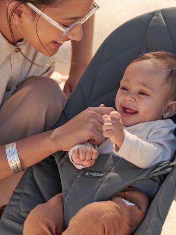 Babysitter Bliss i Antracitgrå bladmönstrad quilt