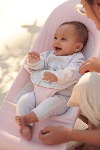 Babybjörn babywippe balance soft hellrosa grau baumwolle jersey